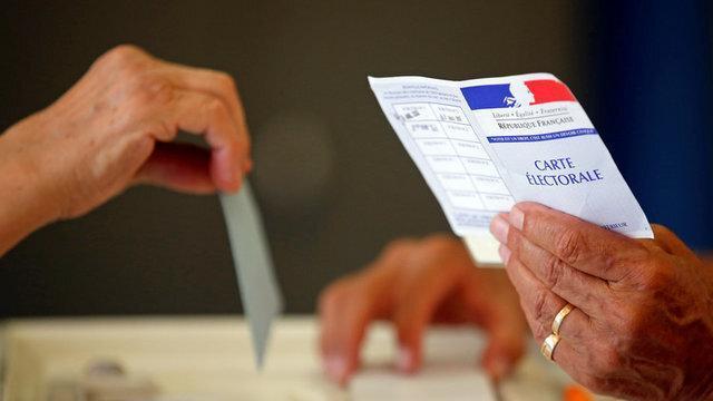 شروع انتخابات در فرانسه، آینده سیاسی مکرون جوان در خطر است