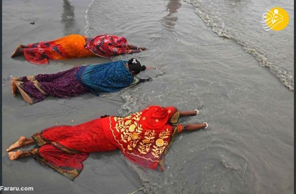 (تصاویر) حمام دسته جمعی هندی ها برای پاک کردن گناهان!