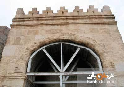 بنای تاریخی طاق گرا یا اریکه سلطنتی در جاده ابریشم، عکس