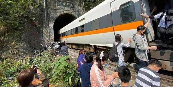 تصادف مرگبار قطار و کامیون در تایوان با 36 کشته