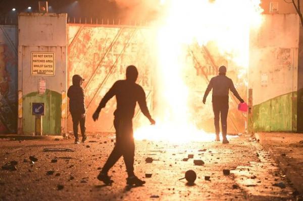 درگیری مردم با نیروهای پلیس در بلفاست